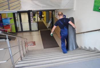 Работа по смене грязезащитных ковров